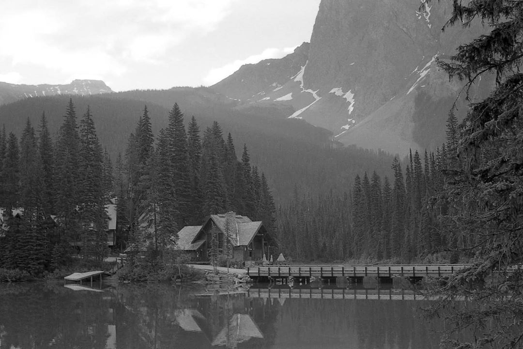 analogue_reverend Canada's national parks are opening up again soon! Classic view right here. . @emeraldlakelodge . Voigtlander Vitomatic iia; Ilford FP4 . #voigtlander #ilfordphoto #ilfordfp4 #fridayfavourites #escapewithfilm #yohonationalpark #emeraldlake #emeraldlakelodge #filmisnotdead #ishootfilm #staybrokeshootfilm #35mm #bwlandscape