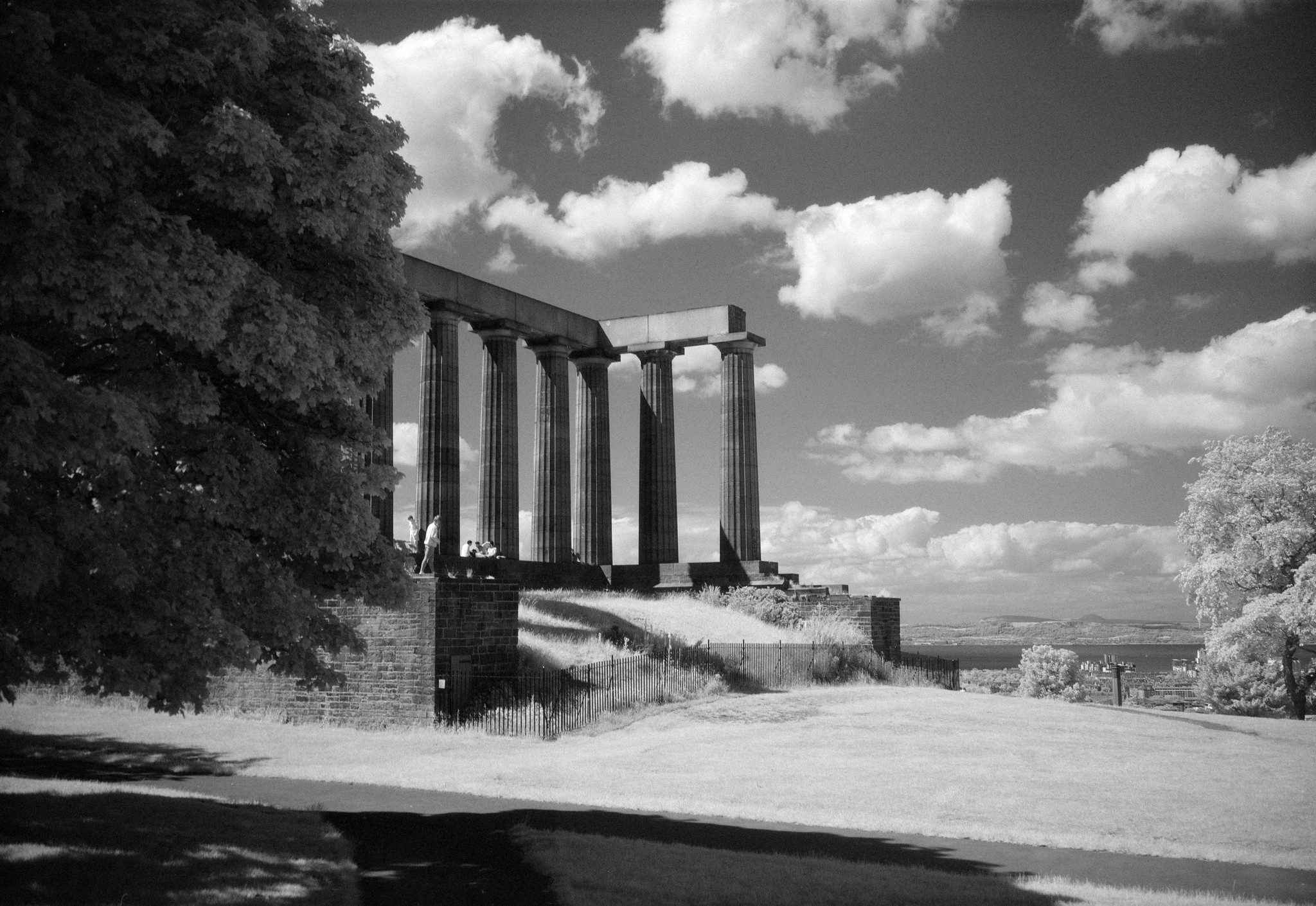 @BNRYNLDS Replying to @ILFORDPhoto I imagine I'm too late, and it may be a previous submission... But here's some Sunny Edinburgh goodness #shotonsfx for the #ilfordphoto #fridayfavourites