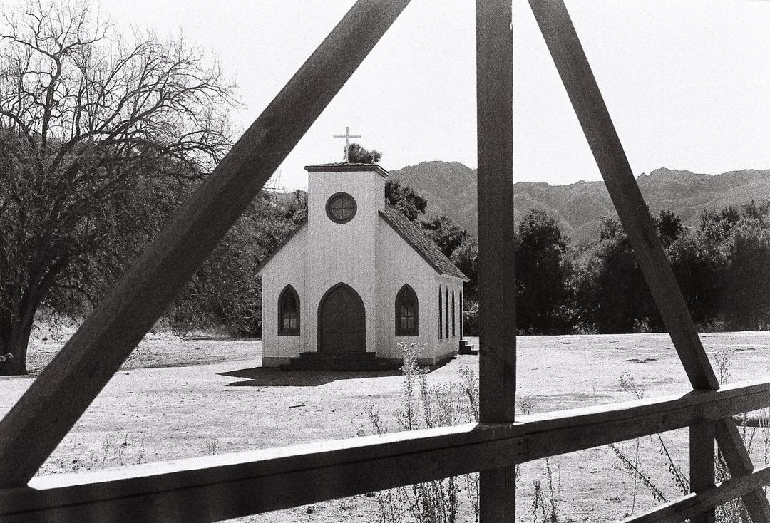 photaub's profile picture photaub The lone survivor of the Woolsey fire. Paramount Ranch ⛪️ Olympus OM-1 {35mm - Ilford HP5 Plus} #ilfordphoto #fridayfavourites #buildingsonfilm