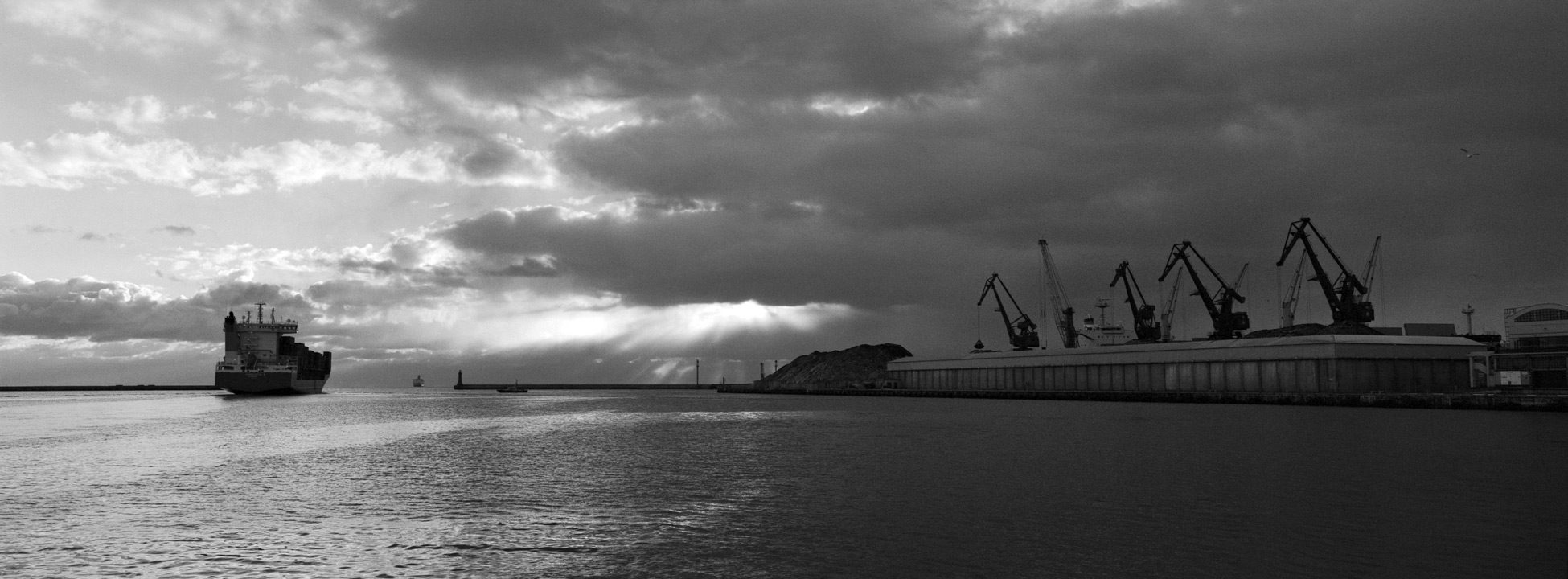 Port of Gdynia in the morning, f = 8, exp = 1 / 60s,